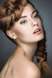 Muchacha hermosa con maquillaje ligero, piel perfecta Foto de archivo