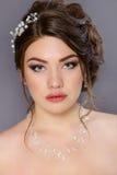Muchacha hermosa con maquillaje y el peinado Foto de archivo libre de regalías