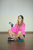 Muchacha hermosa con pesas de gimnasia Fotos de archivo libres de regalías