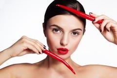 Muchacha hermosa con pimientas de chile rojo calientes Fotos de archivo libres de regalías