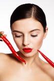 Muchacha hermosa con pimientas de chile rojo calientes Fotografía de archivo libre de regalías