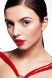 Muchacha hermosa con pimientas rojas calientes de los cayennes Imagenes de archivo