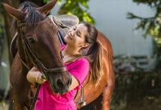 Muchacha hermosa con un caballo Fotografía de archivo libre de regalías