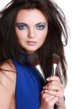 Muchacha hermosa con un cepillo del maquillaje Imagenes de archivo