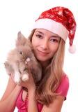 Muchacha hermosa con un conejo. Fotos de archivo