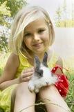 Muchacha hermosa con un conejo Imágenes de archivo libres de regalías