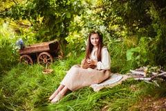 Muchacha hermosa con un conejo en el bosque Imágenes de archivo libres de regalías