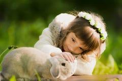 Muchacha hermosa con un conejo en el bosque Fotos de archivo libres de regalías