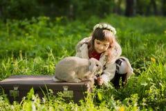 Muchacha hermosa con un conejo en el bosque Imagenes de archivo