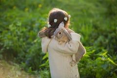 Muchacha hermosa con un conejo en el bosque Imagen de archivo libre de regalías