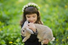 Muchacha hermosa con un conejo en el bosque Fotografía de archivo libre de regalías