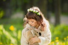 Muchacha hermosa con un conejo en el bosque Fotografía de archivo
