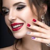 Muchacha hermosa con un maquillaje brillante de la tarde y manicura con los diamantes artificiales Diseño del clavo Cara de la be imágenes de archivo libres de regalías
