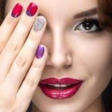 Muchacha hermosa con un maquillaje brillante de la tarde y manicura con los diamantes artificiales Diseño del clavo Cara de la be foto de archivo