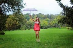Muchacha hermosa con un paraguas Imagen de archivo