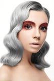 Muchacha hermosa con un pelo gris del rizo y un maquillaje creativo Cara de la belleza Fotografía de archivo libre de regalías