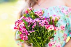 Muchacha hermosa con un ramo de flores Fotografía de archivo