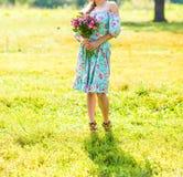 Muchacha hermosa con un ramo de flores Imágenes de archivo libres de regalías