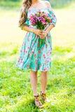 Muchacha hermosa con un ramo de flores Imagenes de archivo