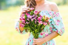 Muchacha hermosa con un ramo de flores Foto de archivo libre de regalías