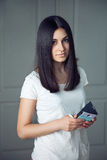Muchacha hermosa con un teléfono Fotos de archivo