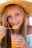Muchacha hermosa con una bebida helada, playa del sombrero de paja Imagenes de archivo