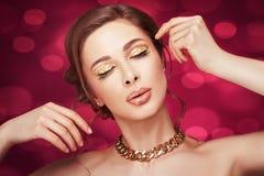 Muchacha hermosa con una cadena del oro. fotos de archivo libres de regalías