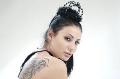 Muchacha hermosa con una corona negra en su cabeza fotografía de archivo libre de regalías