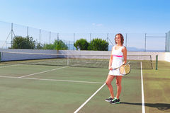 Muchacha hermosa con una estafa de tenis que presenta para la prensa. Fotos de archivo