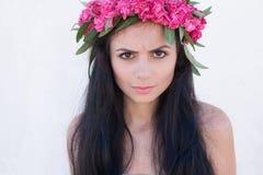 Muchacha hermosa con una guirnalda de flores en su cabeza Fotografía de archivo
