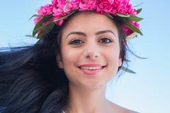 Muchacha hermosa con una guirnalda de flores en su cabeza Fotografía de archivo libre de regalías
