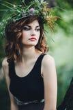Muchacha hermosa con una guirnalda eslava en la cabeza Imagen de archivo