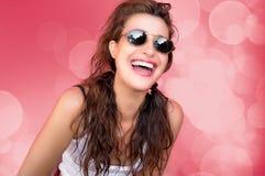 Risa de la chica marchosa de la belleza. Felicidad Foto de archivo libre de regalías
