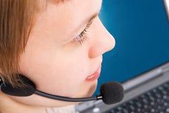 Muchacha hermosa de la atención al cliente con la computadora portátil en auriculares y micrófono Imágenes de archivo libres de regalías