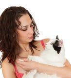 Muchacha hermosa de la comunicación con un gato preferido. Fotografía de archivo libre de regalías
