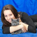 Muchacha hermosa con un gato en las manos Fotografía de archivo libre de regalías