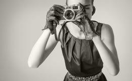 Muchacha hermosa de la moda con estilo clásico del vintage Fotografía de archivo