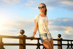 Muchacha hermosa de la moda en gafas de sol Foto de archivo libre de regalías