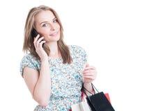 Muchacha hermosa de la moda que habla en el teléfono móvil Fotos de archivo libres de regalías