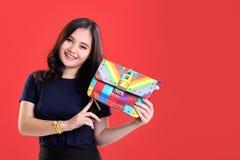 Muchacha hermosa de la moda que presenta el bolso colorido Imagenes de archivo