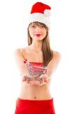 Muchacha hermosa de la Navidad de Papá Noel con la carretilla de las compras Foto de archivo