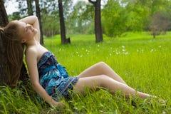 Muchacha hermosa de la sonrisa en el prado Imagen de archivo