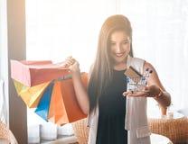 Muchacha hermosa de la sonrisa que sostiene el panier colorido Fotografía de archivo
