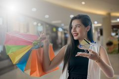Muchacha hermosa de la sonrisa que sostiene el panier colorido Fotografía de archivo libre de regalías