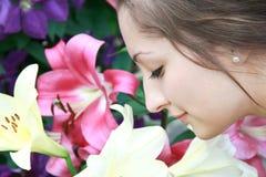 Muchacha hermosa de las flores que huele Fotografía de archivo