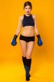 Muchacha hermosa de los deportes con la presentación de los guantes de boxeo imágenes de archivo libres de regalías