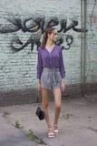 Muchacha hermosa de moda contra la pared de ladrillo de la turquesa del trullo del grunge, estilo de la calle imagen de archivo