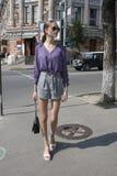 Muchacha hermosa de moda que camina las calles de la ciudad grande, estilo de la calle fotografía de archivo libre de regalías