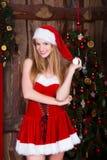 Muchacha hermosa de Papá Noel que se divierte y que sonríe cerca Imagen de archivo libre de regalías
