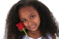 Muchacha hermosa de seis años con Rose roja sobre blanco Imagenes de archivo
